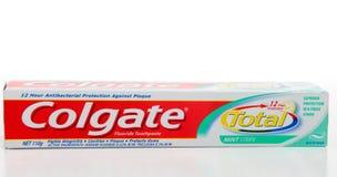 El total de Colgate protege la crema dental foto de archivo