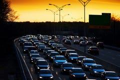El tráfico alcanzó en la tarde conmuta en la puesta del sol Fotos de archivo libres de regalías