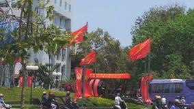 El tráfico caótico en un área circular, las banderas rojas se desarrolla en el viento, el humor festivo almacen de metraje de vídeo