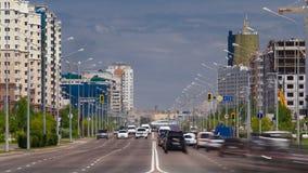 El tráfico conduce sobre los bulevares anchos de Astaná en Kazajistán almacen de metraje de vídeo