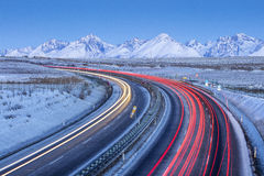El tráfico de coches con el coche se arrastra en la carretera Fotografía de archivo libre de regalías