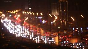 El tráfico de la noche del camino de ciudad grande, coche se enciende en la carretera almacen de metraje de vídeo