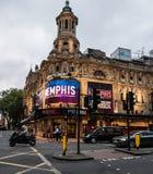 El tráfico de la tarde pasa la carpa para el musical de Memphis en Shaftesbur Fotografía de archivo libre de regalías