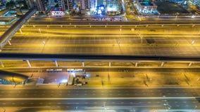 El tráfico de Sheikh Zayed Road en el puerto deportivo de Dubai y los lagos Jumeirah se eleva timelapse de la noche de los distri almacen de video