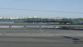 El tráfico del ciclista y de coches del puente metrajes