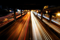 El tráfico en noche Foto de archivo