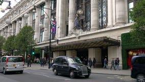 El tráfico, los taxis y el autobús de dos pisos rojo Londres transporta la conducción del último arco de mármol, calle de Oxford, almacen de metraje de vídeo