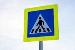 El tráfico por carretera del paso de peatones firma adentro el marco amarillo Foto de archivo libre de regalías
