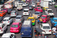 El tráfico se mueve lentamente a lo largo de un camino ocupado en Bangkok, Tailandia Imagen de archivo libre de regalías