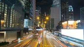 El tráfico urbano en noche de la ciudad con la raya se enciende, lapso de tiempo almacen de metraje de vídeo