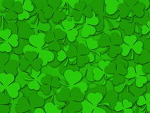 El trébol del día del St Patrick feliz sale del fondo Fotografía de archivo