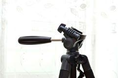 el trípode va al tiroteo de la foto y del vídeo fotografía de archivo