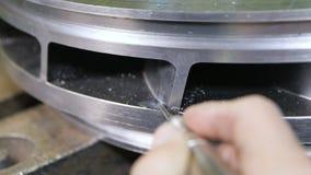 El trabajado cualificado muele a mano la pieza del compresor del metal metrajes