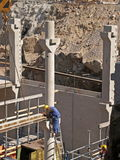 El trabajador ajusta el refuerzo del suelo Foto de archivo libre de regalías