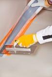 El trabajador aplica la cinta hidráulica del aislante Imagenes de archivo