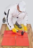 El trabajador aplica las baldosas cerámicas Imágenes de archivo libres de regalías