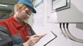 El trabajador busca datos sobre la pantalla táctil toma notas almacen de metraje de vídeo
