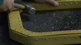 El trabajador clava los remachadores sobre el detalle del helicóptero con el martillo metrajes