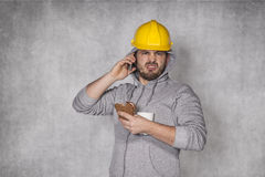 El trabajador comió un bocadillo y hablar en el teléfono foto de archivo