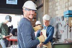 El trabajador con el casco y la seguridad googlea foto de archivo libre de regalías