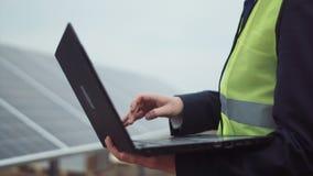 El trabajador con el ordenador portátil en sitio almacen de video