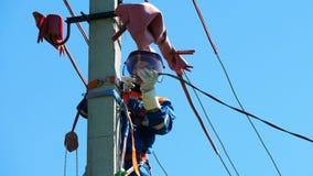 El trabajador conecta el cable eléctrico con la línea de alto voltaje en los posts metrajes