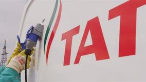 El trabajador conecta los tubos en Tatneft reaprovisiona la estación de combustible almacen de video