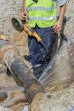 El trabajador cortó la sección del tubo 2 de la tubería de agua Imagenes de archivo