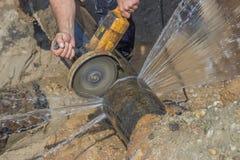 El trabajador cortó la sección del tubo 3 de la tubería de agua Fotografía de archivo