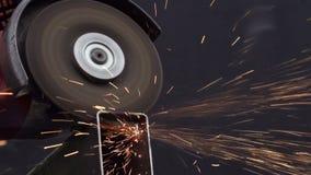 El trabajador corta el metal almacen de metraje de vídeo
