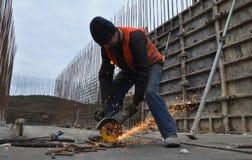 El trabajador corta la armadura del metal Fotografía de archivo libre de regalías