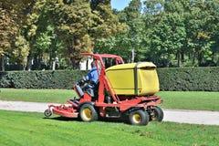 El trabajador corta la hierba en Cinquantenaire Parc en Bruselas Imagenes de archivo