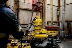 El trabajador costero de la plataforma petrolera prepara la herramienta y el equipo para el petr?leo y gas de la perforaci?n bien fotos de archivo