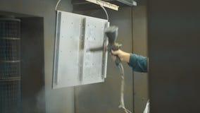 El trabajador cubre la parte de acero con la cartilla almacen de video