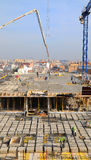 El trabajador de construcción español, construye una estructura importante Imagenes de archivo