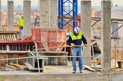 El trabajador de construcción español, construye una estructura importante Fotografía de archivo libre de regalías