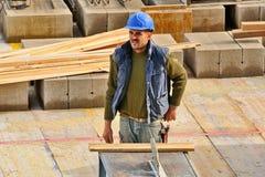 El trabajador de construcción español, construye una estructura importante Fotos de archivo libres de regalías