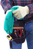 El trabajador de construcción está llevando a los guantes fotos de archivo libres de regalías