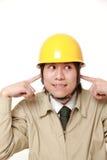 El trabajador de construcción japonés sufre de ruido Foto de archivo libre de regalías