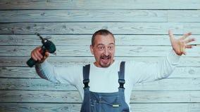 El trabajador de construcción de Yfppy con perfora adentro su mano almacen de video