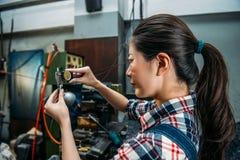 El trabajador de la fresadora verifica el acero de la fabricación Foto de archivo