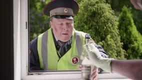 El trabajador de la policía de tráfico batido y cansa la botella de compra de vodka almacen de video