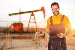 El trabajador de la refinería lee los datos de las placas negras Imagenes de archivo