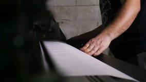 El trabajador de la vista lateral del primer carga el papel en trazador por las manos almacen de video