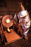 El trabajador de mina de oro vierte el oro fundido imagen de archivo