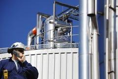 Trabajador del gas, tuberías y bomba de la refinería Imagenes de archivo