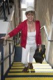 El trabajador de sexo femenino llega para el trabajo que lleva una caja de herramientas fotos de archivo