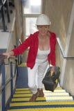 El trabajador de sexo femenino llega para el trabajo que lleva una caja de herramientas fotografía de archivo