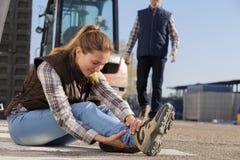 El trabajador de sexo femenino se cayó en piso Imagen de archivo libre de regalías