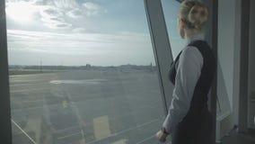 El trabajador del aeropuerto habla con el Walkietalkie metrajes